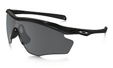 Очки солнцезащитныеОчки солнцезащитные<br>Oakley M2 FRAME XL - очки с линзами black iridiumПигмент в цветных контрастных очках Oakley добавляется ещё на этапе производства полимера, из которого изготавливают линзы. Дополнительно на них можно увидеть яркое зеркальное покрытие Iridium определённого цвета. Оно приглушает блики отражённого света и делает линзы более контрастными для определённых погодных условий. Слой покрытия Iridium очень тонкий – всего 12 нм, но при такой небольшой толщине достаточно устойчив к царапинам. Покрытия Iridium преследуют не только сугубо утилитарные цели – очки с такими линзами гораздо ярче, и многие отдают им предпочтение за привлекательный внешний вид. увеличенной формы не только великолепно защищают от ультрафиолета, но и обеспечивают великолепный обзор без искажений во время занятий активными видами спорта. Мягкие вставки в области переносицы и дужек выполнены из UnobtainiumВ большинстве спортивных моделей солнцезащитных очков Oakley на переносице и дужках используются вставки из особого полимера Unobtanium™. Он способен впитывать пот, а потому не скользит по поверхности кожи, обеспечивая плотную и в то же время неощутимую фиксацию оправы на лице. Очки Oakley со вставками из Unobtanium™ не слетают с головы в любых погодных условиях и даже при очень резких перегрузках., обеспечивают мягкое и надежное удержание очков.<br> <br> <br> - Линзы с защитой Plutonite: материал, который отфильтровывает 100% UVA / UVB / UVC и вредного синего спектра до 400 нм.<br> - Оснащены оправой из очень легкого и прочного материала O-MatterБольшинство оправ солнцезащитных очков Oakley для спорта и активного отдыха изготавливаются из фирменного нейлона O-Matter™. Он гибкий, прочный, лёгкий и не боится ультрафиолета и низких температур, благодаря чему также применяется в горнолыжной оптике Oakley. Все оправы тщательно проектируются дабы обеспечить точную посадку на предполагаемом типе лица. При этом форма и геометрия оправы разрабатываются таким образом, чтобы