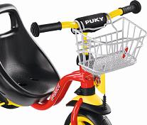 Корзина на рульВелобагажники<br>Передняя корзина Puky LK DR (silver) предназначена для крепления на руль велосипеда или самоката Puky.<br> <br> Особенности передней корзины Puky LK DR:<br> <br>крепится на руль с помощью интегрированных крючков, упирается в рулевую стойку полукольцом;<br>дно корзины из более мелкой сетки для удобства хранения.<br> <br> Передняя корзина Puky LK DR подходит для:<br> <br>трехколесных велосипедов Puky;<br>самокатов Puky.<br> <br> Параметры передней корзины Puky LK DR:<br> <br> расстояние между крючками для навеса на руль: 8 см;<br> допустимый диаметр руля и стойки: 16-18 мм;<br> индивидуальная упаковка товара - коробка.<br> <br> Передняя корзина Puky LK DR (silver) - это стильный и полезный аксессуар.
