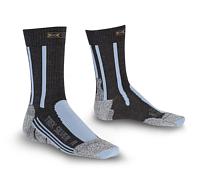 НоскиНоски<br>X-Bionic TREKKING - очень мягкие и комфортные носки созданы для треккинга, путешествий или повседневного использования. Они обеспечивают зональную поддержку, эффективный влагоотвод и постоянную вентиляцию с помощью особых каналов, пронизывающих ткань носков. Каждая область носка выполняет свою функцию - защиту от натертостей/мозолей области пятки/пальцев, отвод влаги и лишнего тепла.<br><br>• Состав: 60% полиэстер Pneumaloft, 21% акрил Xitaloft, 15% нейлон, 3% нейлон Robur, 1% эластан.<br>• Instep Protector: объемные подушечки/супинатор в области стопы действуют как амортизатор, снижая давление в этой области и препятствуя возникновению мозолей и натирания.<br>• Self-adjusting cuff: широкие эластичные манжеты с оптимальным прилеганием к телу без сползания и лишней компрессии.<br>• Air Guides: соприкасаются с каналами Air-Conditioning Channel, обеспечивают циркуляцию воздуха.<br>• Air-Conditioning Channel: система вентиляционных каналов, пронизывающих ткань носков. Они соприкасаются с кожей, отводя/перераспределяя влагу/пот и обеспечивают циркуляцию воздуха.<br>• Toe Protector: усиленная ткань плотно обхватывает область пальцев и препятствует возникновению мозолей и натирания.<br>• ToeTip Protector: специальная ассиметричная вязка в области кончиков пальцев снижают давление в этой области.<br>• Anatomically shaped footbed: разделение на правый и левый носок.<br>• Traverse AirFlow Channel System: особые каналы в зоне стопы, которые перераспределяют нагретый и влажный воздух в Air-Conditioning Channel, регулируя тем самым комфортную температуру, без перегрева и переохлаждения.<br>• Heel Protector: усиленная ткань плотно обхватывает область пятки и препятствует возникновению мозолей и натирания.<br>• AirFlow AnklePads: вставки в форме полумесяца в области голеностопного сустава защищают от давления, потертостей и ссадин.<br>• X-Cross Bandage: специальная икс-образная вязка в виде бандажа расположена в области голеностопа поддерживает его &amp;#40;связки, с
