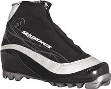 Лыжные ботинкиЛыжные ботинки<br>Женская модель для классики Metis C имеют в своем арсенале такие высокие технологии, как манжета из софтшелл-материала MemBrain? с флисовой подкладкой для отличных дышащих свойствам и водонепроницаемости и очень комфортный, мягкий передний отдел подошвы для долгих прогулок.<br>Софтшелл-конструкция, проверенная спортсменами, плотно и комфортно облегает женскую ногу.<br>Metis C - идеальное решение по доступной цене для спортсменов-любителей.<br><br><br>СОФТШЕЛЛ КОНСТРУКЦИЯ MEMBRAIN<br>В ботинках Madshus применяется технология софтшелл-ткани MemBrain?, комфортно облегающая ногу и обеспечивающая тепло и отличные дышащие свойства. <br> <br>PVC-Free<br>В строгом соответствии с установкой Madshus на охрану окружающей среды, модели RED, Champion, Race Performance, Backcountry и Junior имеют чрезвычайно удобную, дышащую конструкцию, не содержащую вредный хлорвинил &amp;#40;PVC&amp;#41;. <br> <br>Стяжки для шнуровки Lacing Fingers<br>Создание совершенных ботинок для беговых лыж невозможно без системы шнуровки, которая обеспечивала бы превосходный обхват всей стопы. Специальные стяжки, используемые в ботинках Madshus, позволяют плотно, но комфортно охватывать всю стопу целиком, в отличие от традиционных схем шнуровки, лишь стягивающих внутренний ботинок в верхней части в районе язычка. Тем самым достигается улучшенная фиксация пятки и более комфортная посадка по ноге в целом. <br> <br>Интегрированная карбоновая колодка<br>Интегрированная 3D конструкция карбоновой колодки на новых ботинках Madshus Super Nano с непревзойденной точностью передает 100% энергии непосредственно лыжам. Одноэлементная колодка повторяет форму стопы, обхватывая пятку до точки крепления подвижной карбоновой манжеты и продолжаясь вплоть до мысков - для превосходного контроля над лыжами.<br><br>Пол: Унисекс<br>Возраст: Взрослый<br>Назначение: классика
