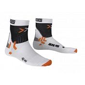 НоскиНоски<br>Беговые носки X-Socks® Marathon отличаются наличием бандажа Supronations Bandage с инновационной системой обхвата ступни, которая смягчает последствия пронации и супинации. Носки не сползают, не давят и адаптируются к любому размеру благодаря саморегулирующему ластику. Проветривание и быстрое высыхание достигается благодаря каналам вентиляции, которые расположены с внутренней стороны. Система защиты носка, подъема, кончиков пальцев согревает и смягчает воздействия ударных нагрузок при беге.<br><br>Бактериостатическая ткань Skin NODOR® препятствует размножению бактерий и распространению неприятного запаха пота. Обладает хорошей воздухопроницаемостью, износостойкая, эластичная и мягкая на ощупь.<br><br>Многоцелевая ткань Robur™ состоит из полых волокон с герметичной воздушной камерой. Ткань дышащая и эластичный. Защищает от ударных нагрузок и давления. Применяется в зонах, особо подверженных образованию потёртостей и ссадин - ахиллово сухожилие, подошва, голеностопный сустав, голень. Ткань Robur™, сотканная из трёхжильной плетёной нити, чрезвычайно прочная и износостойкая.<br><br>Mythlan™ - ультралёгкий, дышащий материал с микроволокнистой структурой. Легчайший среди высокотехнологичных материалов. Ткань Mythlan™ не накапливает влагу и способствует эффективному процессу её испарения с внешней поверхности. Имеет нейтральное значение pH и гипоаллергенна.<br><br>Носки X-Socks® Marathon имеют стельку анатомической форму для хорошей посадки ноги, а протектор ахиллова сухожилия уменьшает риск появления ссадин, равномерно распределяя давление обуви. На пятке расположен специальный протектор, который снижает риск появления мозолей. Поперечная система каналов на ступне эффективно вентилирует и отводит влагу.