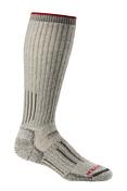 НоскиНоски<br>Icebreaker Hunt &amp; Fish Expedition Over – шерстяные носки для любителей охоты и зимней рыбалки. Они плотные, но в тоже время мягкие и очень теплые. Входящая в состав шерсть мериносов не вызывает зуд, хорошо отводит влагу, регулирует температуру и обладает антибактериальными свойствами, препятствующими возникновению запаха, препятствует появлению мозолей. Нейлон и лайкра обеспечивают идеальную посадку носков, отвод влаги и износостойкость.<br><br><br>• Состав: 79% шерсть Merino Wool, 20% нейлон, 1% лайкра.<br>• Усиленная зона ахиллова сухожилия предотвращает его повреждение.<br>• Плоский шов в области мыска исключает натирание.<br>• Эластичная поддержка свода стопы исключает сползание носков.<br>• Усиленная пяточная область, обеспечивает амортизацию, дополнительный комфорт и износостойкость.<br>• Логотип: Icebreaker.<br><br>Пол: Мужской<br>Возраст: Взрослый