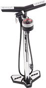 Насос напольныйВелонасосы<br>Удобный напольный насос. <br> Особенности модели:<br> Давление до 12 bar.<br> Большой манометр для удобного считывания в PSI/bar.<br> Комфортная ручка в форме бумеранга.<br> Увеличенная высота: 690 мм.<br> Автоматически подстраивает размер под ниппель.<br> Подходит Piesta и Schrader.<br> В комплект входит набор сменных насадок.<br> Устойчивость.<br><br>Пол: Унисекс