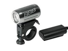ФонарьФары и фонари<br>Небольшой фонарь с компактной внешней аккумуляторной батареей &amp;#40;Литий &amp;#40;2x 18650, 2200mAh 7.4V&amp;#41;, которая может быть закреплена разными способами с помощью липучки. Мощность: 3 Вт LEDВодонепроницаемый алюминиевый корпус.Простой монтаж, регулируемый&amp;nbsp;&amp;nbsp;угол наклона. Подходит для рулей разного диаметра.Сигнал низкого заряда батаери. Время зарядки: обычно 3 часа.Вес: 150гРазмер: 85 х 40 х 25 мм